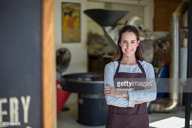 coffee roasting shop owner in front of shop - trabalho comercial - fotografias e filmes do acervo
