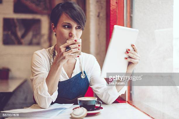 Café propriétaire est travaillant dans son magasin