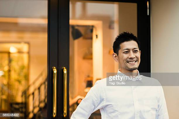 coffee shop owner standing in front of the shop - 30代 ストックフォトと画像