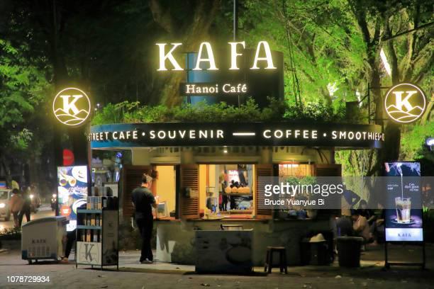 a coffee stand at night - ハノイ ストックフォトと画像