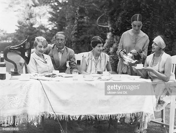 Coffee table with Baron Hans von Bleichroeder in Heringsdorf the guests are listening to the radio together from left the wife of the singer Richard...