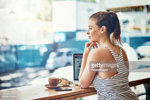 coffee, wifi and chill - solo una donna giovane foto e immagini stock