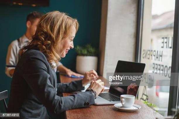 koffie met vrienden uit het buitenland - klanten georiënteerd stockfoto's en -beelden