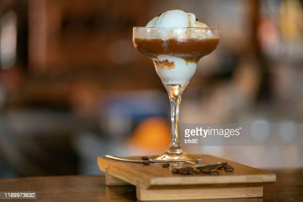 koffie met ijs. - koffie drank stockfoto's en -beelden