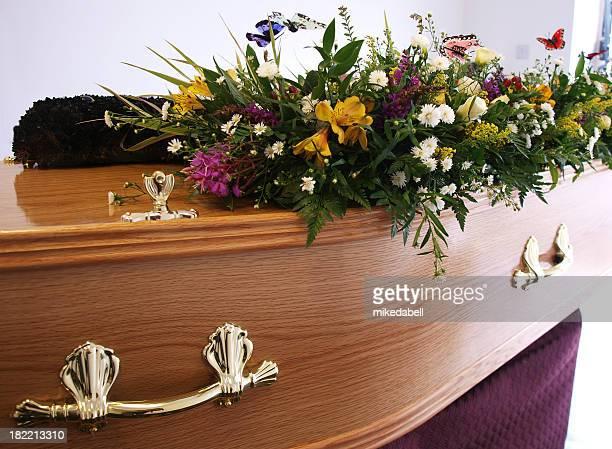 Caixão decorado com flores