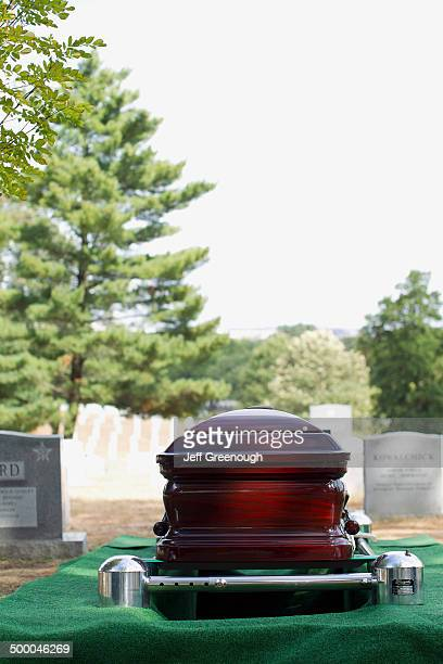 coffin lowering into grave in military cemetery, arlington, virginia, united states - doodskist stockfoto's en -beelden