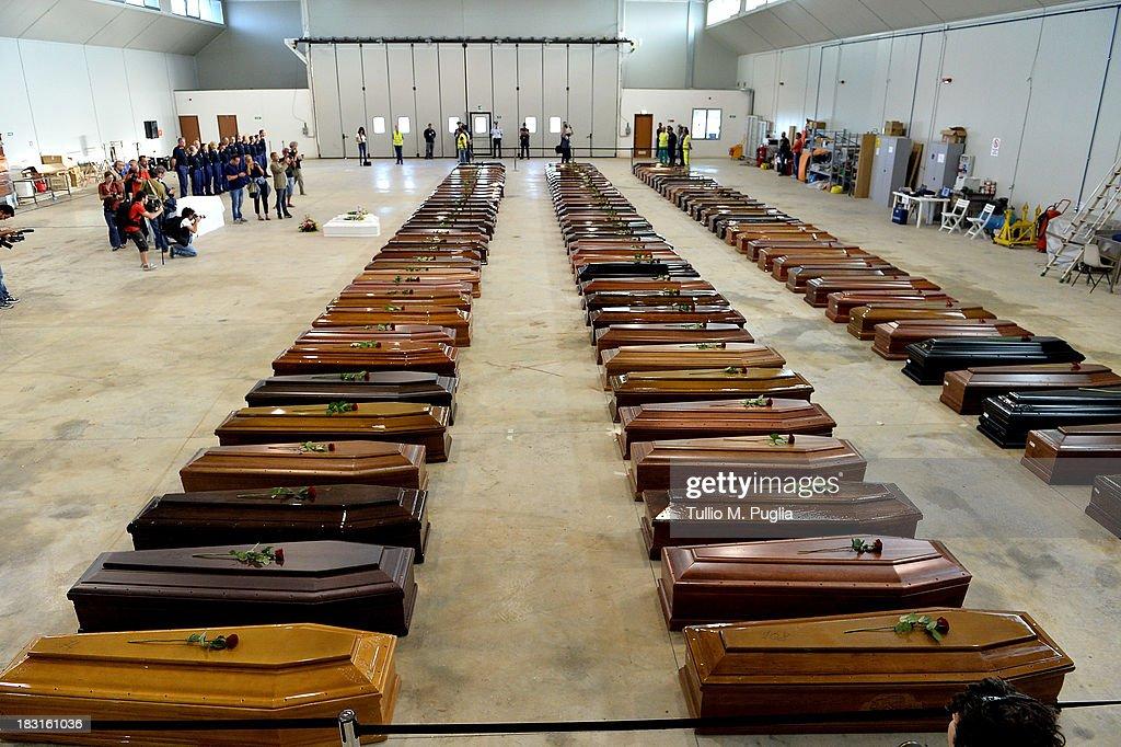 Hundreds Of African Migrants Feared Dead Off The Coastline Of Lampedusa : Fotografia de notícias