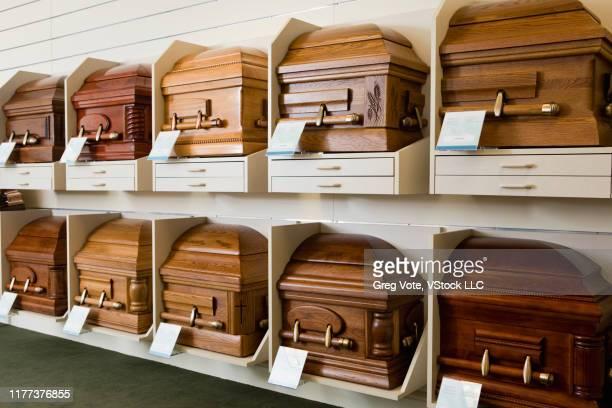 coffins on display - uitvaartcentrum stockfoto's en -beelden