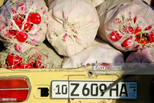 Coffre de voiture d'un paysan rempli de poivrons rouges Bazar Chorsu à Tachkent Ouzbekistan