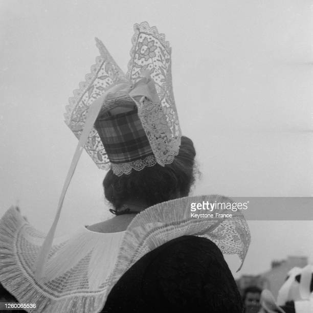 Coiffe bigoudène portée par une Bretonne à Quimper France le 7 juillet 1957