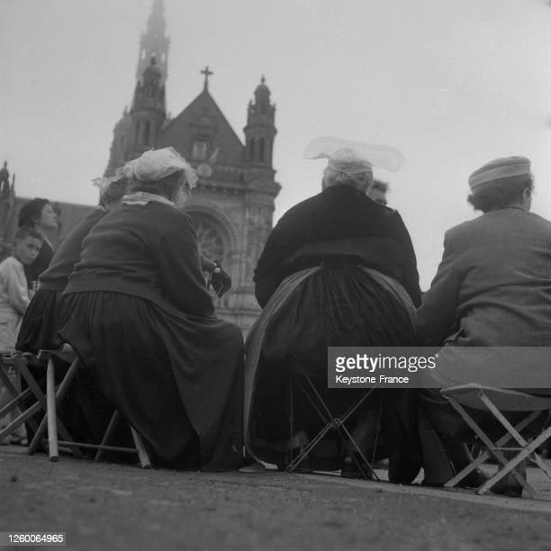 Coiffes bigoudènes portées par des Bretonnes à Quimper France le 7 juillet 1957