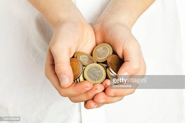 Pièces de monnaie à la main.