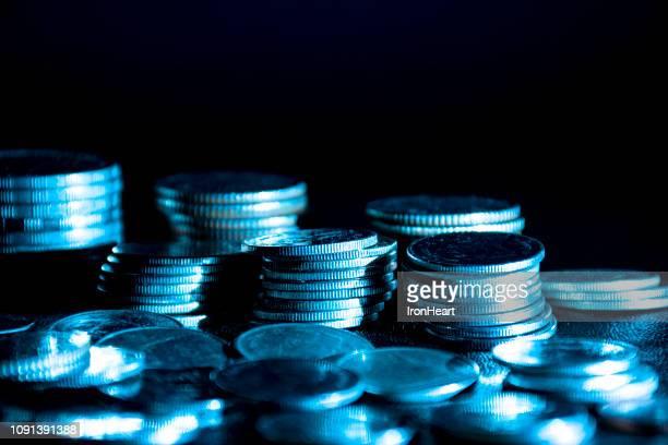 coins with light flare - geld verdienen stock-fotos und bilder