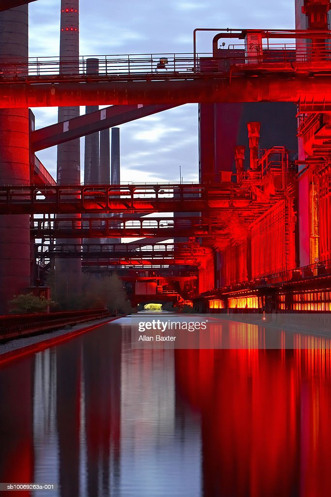 Coking plant lit at night : Stockfoto
