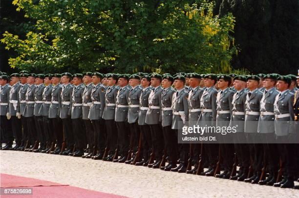 col Wachbataillon der Bundeswehr in 'HabAcht'Stellung im Park der Villa Hammerschmidt in Bonn 11594