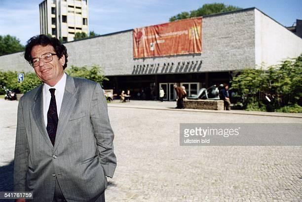 COL1933Schriftsteller Ungarn neugewählter Präsident derAkademie der Künste in Berlin vor der Akademie der Künste 1997