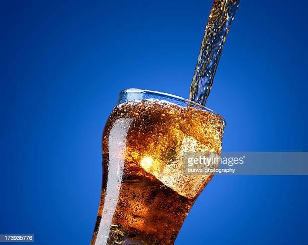 コーラ注ぐには、ガラス張りの独立にブルー - コカコーラ ストックフォトと画像