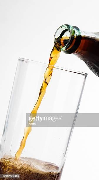 コーラグラスに注ぐ - コークス ストックフォトと画像