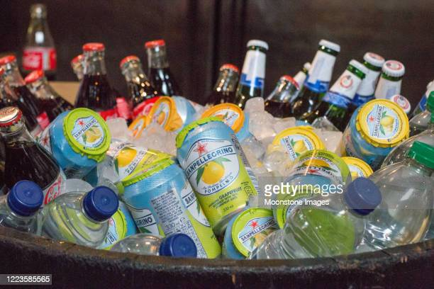 ロンドンのバラ市場で冷たい飲み物 - 冷たい飲み物 ストックフォトと画像
