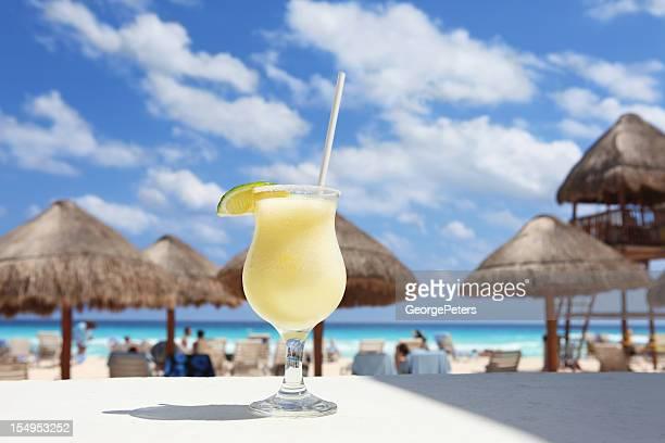 Frío cóctel en una playa Tropical