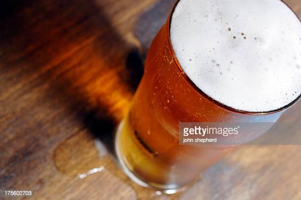 冷たいパイントグラスのビール