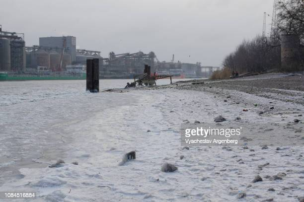 cold russian winter, ice breaks on frozen water of river don - argenberg stock pictures, royalty-free photos & images