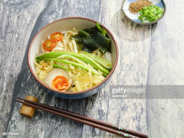cold tanuki udon - tenkasu stock pictures, royalty-free photos & images