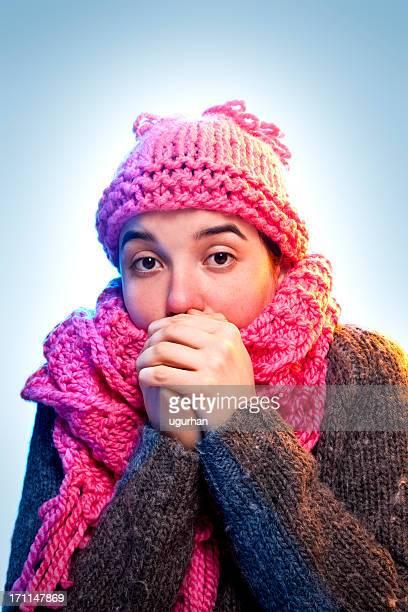 Frio Jovem mulher segurando as mãos a Boca