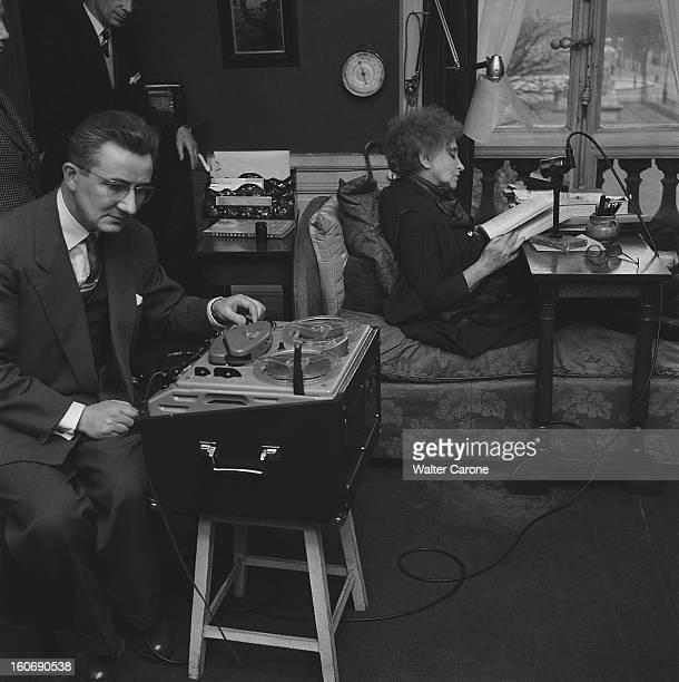 Colette Recording Attitude de profil de COLETTE lisant assise sur son lit dans son appartement du PalaisRoyal à PARIS un homme au premier plan...