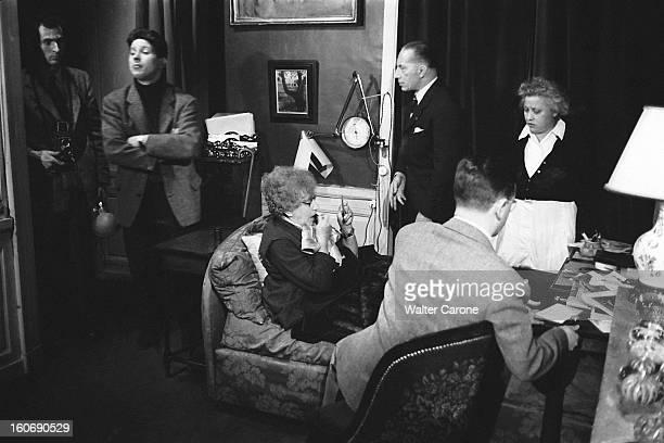Colette Recording COLETTE dans son appartement du PalaisRoyal à PARIS se mettant du rouge à lèvres en se regardant dans un petit miroir entourée de...