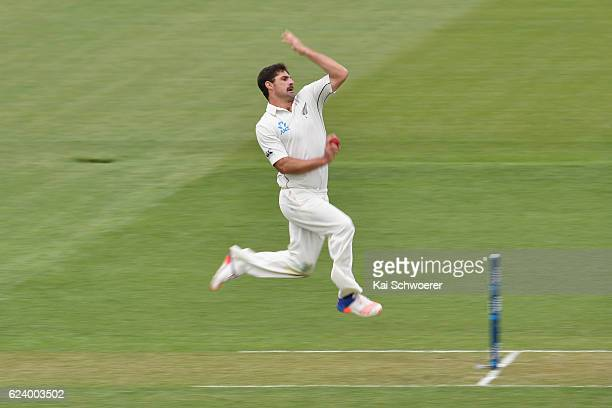Colin de Grandhomme of New Zealand runs in to bowl during day two of the First Test between New Zealand and Pakistan at Hagley Oval on November 18...