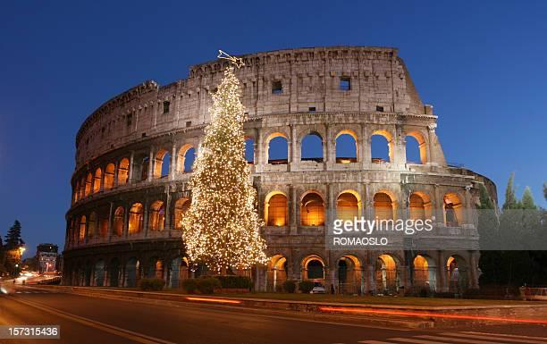 colosseo e albero di natale, roma, italia - natale di roma foto e immagini stock