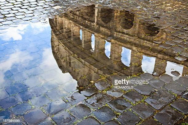 colosseo riflessa in una pozzanghera e ciottoli. roma, italia - antica roma foto e immagini stock