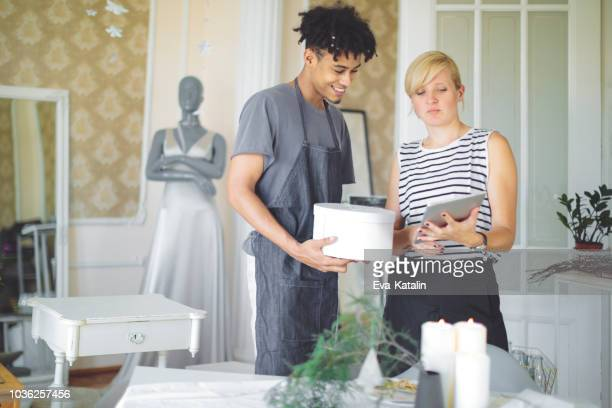 collaboration makes a small business succesfull - wedding planner foto e immagini stock