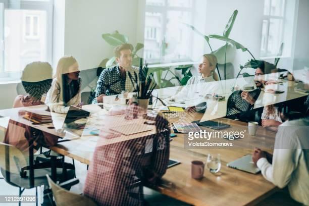collègues à la réunion d'affaires dans la salle de conférence. - agence de design photos et images de collection