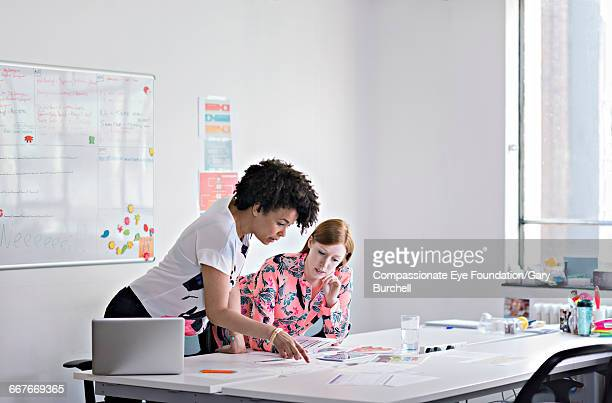 colleagues brainstorming in tech start-up office - compassionate eye foundation stock pictures, royalty-free photos & images