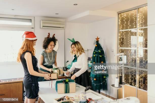 colleagues celebrate christmas at work - donna bendata foto e immagini stock