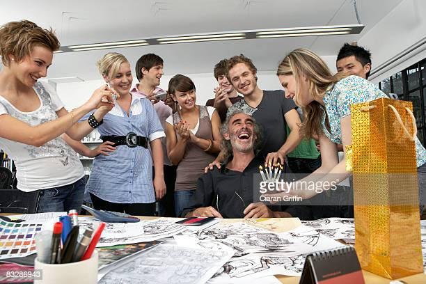 Colegas que celebra el cumpleaños de su jefe
