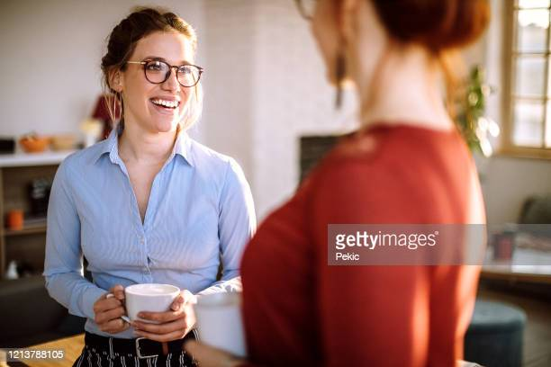 collega's chatten op koffiepauze - pauze nemen stockfoto's en -beelden