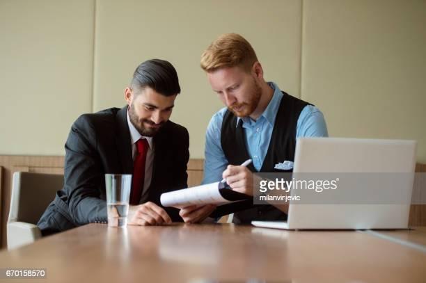 Collègues discuter sur la stratégie d'entreprise
