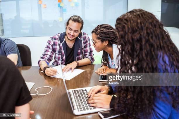 Kolleginnen und Kollegen diskutieren im Büro
