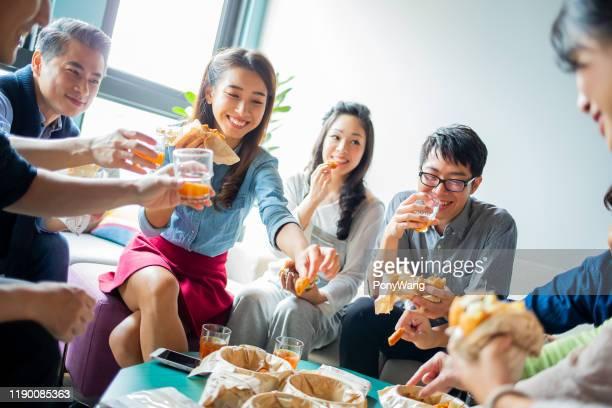 同僚は昼食を楽しむ - 昼食 ストックフォトと画像