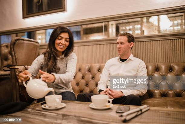 同僚の仕事の後にお茶を楽しむ - 白杖 ストックフォトと画像