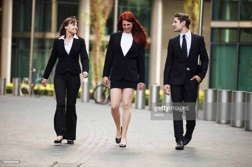 Kollegen von der Arbeit im Freien zu Fuß : Stock-Foto