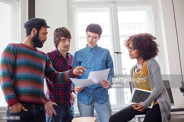 Kollegen über das Vertrag Zeitung beim Start ausführen