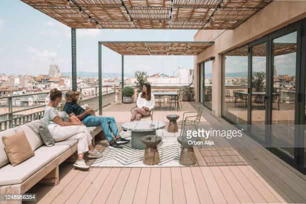 colleagues having a break at the rooftop in barcelona - envolvimento dos funcionários imagens e fotografias de stock
