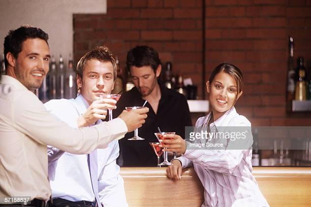 Collègues autour d'un cocktail