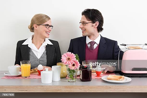 Colegas con desayuno