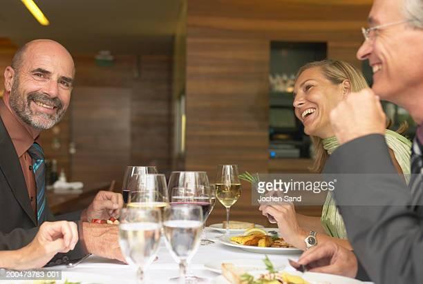 お仕事仲間とのビジネスランチを持つ男性のポートレート、ヒゲ、チリ