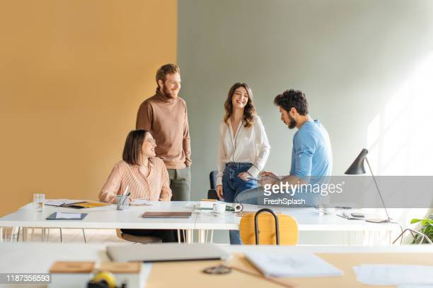kollegen, die spaß an der arbeit haben - coworking stock-fotos und bilder